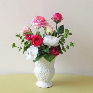 光触媒アートフラワーアレンジメント【ピーテル】ヨーロピアンクラシカル調の花器には、バラですよね!そう思ったスタッフは、色彩・形・巻の違うバラを選びアレンジしました。やっぱりバラですよね。