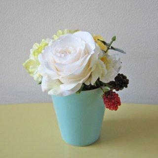 光触媒アートフラワーアレンジメント【レフィナーダ】陶器製カップにローズを入れた、小型アレンジです