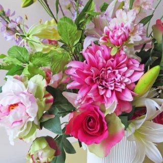 ワンランク上のアートフラワーアレンジメント【ラーダスチ】生き生きと。お花の生命感を感じるくらいの明るさを持った、高級造花フラワーアレンジメントです。