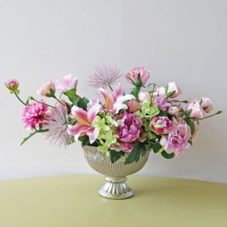 光触媒アートフラワーアレンジメント【トカール】ヨーロピアンスタイルの花器に、高級感漂うアレンジです。リリィーとダリアがバラの中で映えます