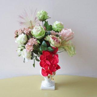 光触媒アートフラワーアレンジメント【アルマック】ライトグリーンのバラの若々しさと胡蝶蘭の赤が印象に残る、アートな高級造花アレンジです