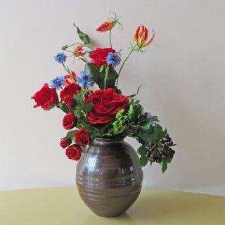 光触媒アートフラワーアレンジメント【レーブ(九谷焼)】九谷焼産地・七寸サビ釉薬花器に、バラとグロリオサのアレンジです