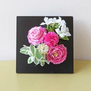 光触媒アートフラワーアレンジメント【ビェールイ(壁掛け)】黒の木製フレームにピンクが映える、フレームアートフラワーです
