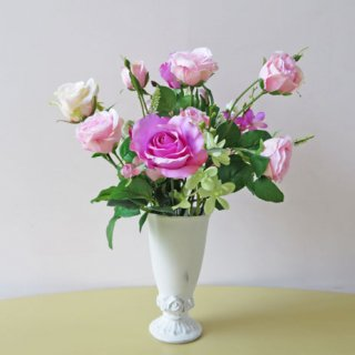 光触媒アートフラワーアレンジメント【ラドノーイ】バラの葉っぱの緑と、ライラック色のローズの相性がよくて、見た目に配色の良さが際立ちます