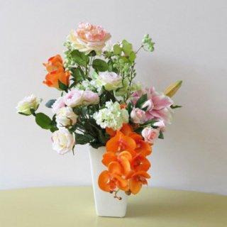 光触媒アートフラワーアレンジメント【エクリール】オレンジと薄ピンクの花々の優美なアレンジです。コチョウランと八重咲きリリーのインパクトに納得