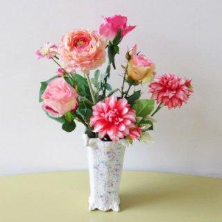 光触媒アートフラワーアレンジメント【シェレフ】繊細な水彩画模様とデコラティブな葉っぱの模様のレリーフが印象的な花器に、個性的な色彩のダリアなどを入れました