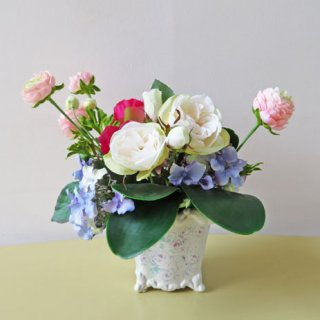 光触媒アートフラワーアレンジメント【クアドロ】フェミニンテイストの器に、ローズとハイドレンジア、そして小花を