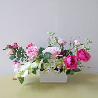 光触媒アートフラワーアレンジメント【オプス】ベリーで曲線を持たせて、コチョウランやネリネ、多様な咲き方のローズを入れました