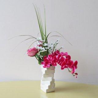 光触媒アートフラワーアレンジメント【ウォルムナ】美しいファレノとローズ、そしてデージーの造花アレンジメントです