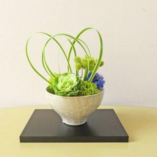 光触媒アートフラワーアレンジメント【ナンナ】直径約14センチ、高さ9センチの茶道用茶器を連想させる花器に、「みどり」を入れました
