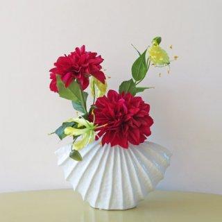 光触媒アートフラワーアレンジメント【シュルテン】高級なアーティスティックな花器に、人気の大輪のダリアを入れました