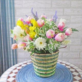 光触媒アートフラワーアレンジメント【プラーゼ】軽くて持ち運びカンタン!しましまのカゴに春らしいお花を詰め込みました。