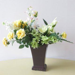 光触媒アートフラワーアレンジメント【リネア】落ち着きのあるブラウンの花器。グリーンとイエローのお花がよく馴染んでステキです。