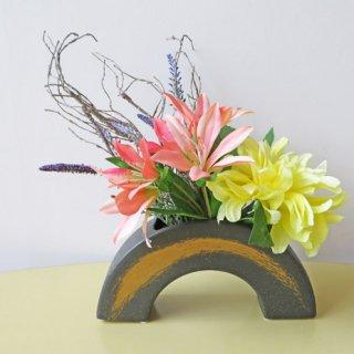 光触媒アートフラワーアレンジメント【マニャナ】個性的な花器を使った和風のアレンジです。