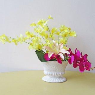 光触媒アートフラワーアレンジメント【エクシト】発色がキレイな黄色のスイートピー。紫色の胡蝶蘭とマッチしています。