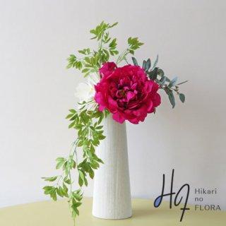 光触媒アートフラワーアレンジメント【アテ】直径25cmの大輪の「妖精が姿を変えた花・ピオニー」と「月下美人」の大型のアーティフィシャルフラワー(高級造花)アレンジメントです。