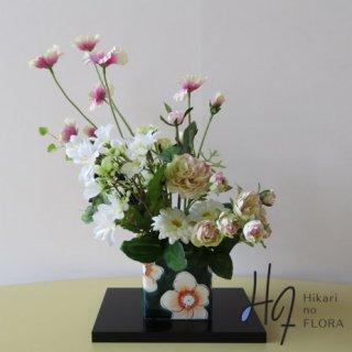 九谷焼&高級造花【花舞・深緑】九谷焼人気窯元・虚空蔵窯の花器にシックな趣をもって、アレンジしました。