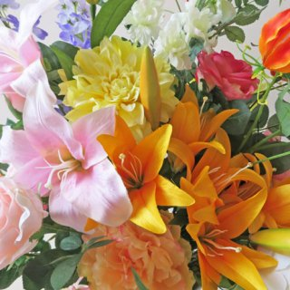 高級造花インテリア【アビゲイル】大型の高さ115cmのアーティフィシャルフラワー(高級造花)を使用した大型アレンジメント。咲き誇るカサブランカリリーが豪華です。