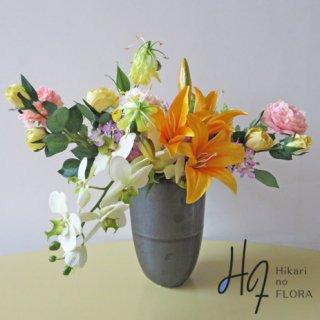 高級造花インテリア【ケリー】アーティフィシャルフラワー(高級造花)を使用したアレンジメントです。みられる角度によって表情を変える素敵なアレンジメント。