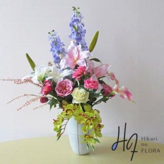 高級造花アレンジメント【プレセンテ】デルフィニウム、シンビジューム、カサブランカなど豪華なお花を使用した高級造花アレンジメントです。