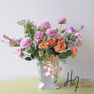 高級造花アレンジメント【アルタ】イメージは「パリのインテリア」アーティフィシャルフラワーの高級感と花器のイメージを伝えます。