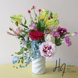 高級造花アレンジメント【ベルダ】高級造花の花々には、このようなお花もあります。花器と素敵なアレンジメントです。