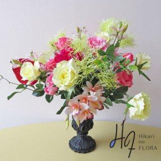 高級造花アレンジメント【ファルペ】こじゃれたシンビジュームとバラのアレンジメントです。花器のヴィンテージ感がアレンジ全体をヨーロピアンにみせます。