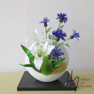 高級造花アレンジメント【山百合】純和風の趣のアレンジに花敷も添えてお届けします。