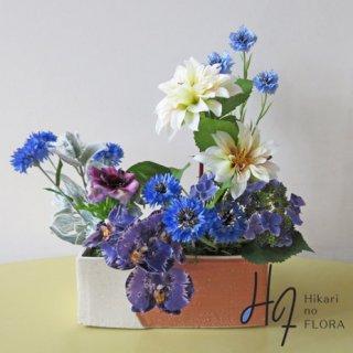 高級造花インテリア【デセオ】個性的な花器にナチュラル感を持ってアレンジしました。