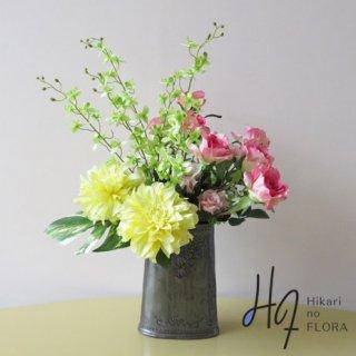 高級造花インテリア【ジェーヌ】このアートなイエローダリアが冴える、とても明るい高級造花アレンジメントです。