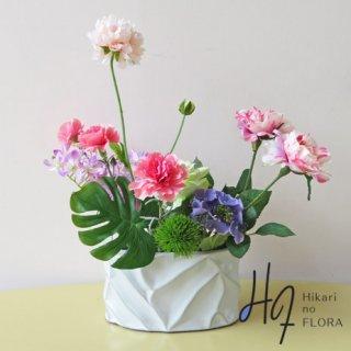 高級造花インテリア【セリオ】大人おしゃれな花器に、小さいけれど上質な花々をアレンジしました。少しのシック感と明るい花々のバランスが特徴です。