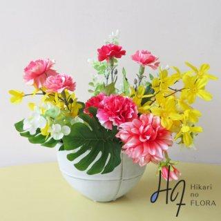 高級造花インテリア【マハ】お母さんへの感謝の気持ちを込めて、「お誕生日や母の日」にいかがでしょうか。色彩と形の良いダリアを手前に。