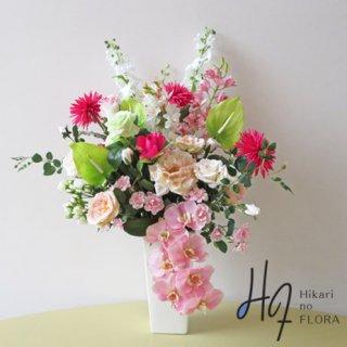 高級造花アレンジメント【レンク】リアルな胡蝶蘭とビューティマムが素敵な豪華な高級造花アレンジメントです。