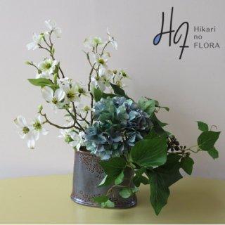 高級造花アレンジメント【レトラ】大人の男のシックな小型高級造花アレンジメント。薄明りの中でオシャレなインテリアが、その存在をあかします。