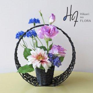 高級造花アレンジメント【シェナイト】和風の篭に艶やかでありながらシック感のあるお花を上品にアレンジしました。新築祝いやお母様への贈り物に。