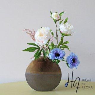 高級造花アレンジメント【コンペニル】アネモネのブルーの涼感とピオニー品格が素敵な高級造花アレンジメントです。