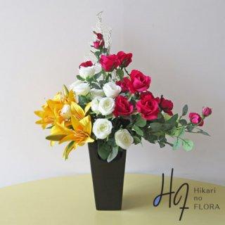 高級造花アレンジメント【フリーゲン】プレミアムビューティ色とアイボリーとグリーン色のローズの対比が素敵な高級造花インテリアです。