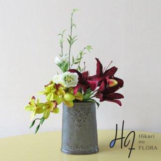 高級造花アレンジメント【レーレ】ワインレッドのリリィーとシンビジュームの色合いが豪華さを演出します。
