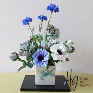 高級造花アレンジメント【山近泰102】九谷焼伝統工芸士・山近泰の『家守(ヤモリ)』に高級造花をアレンジしました。