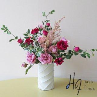高級造花アレンジメント【パニョ】バラの魅力があふれています。枝も葉もこの高級造花の要素です。