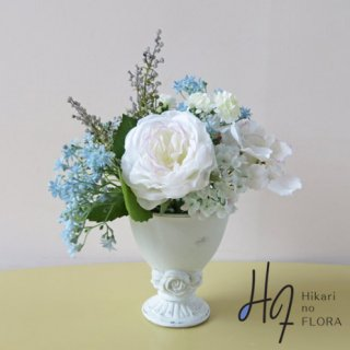 造花アレンジメント【f1389】白色で清楚な演出、素敵なアレンジメントです。