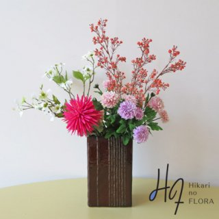 高級造花アレンジメント【マム】スパイダーなマムをより艶やかに魅せる、高級造花アレンジメントです。
