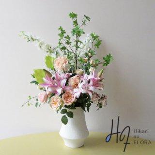 高級造花アレンジメント【タオ】ドウダンツツジの枝をトップに、その下に花々を艶やかにアレンジしました。