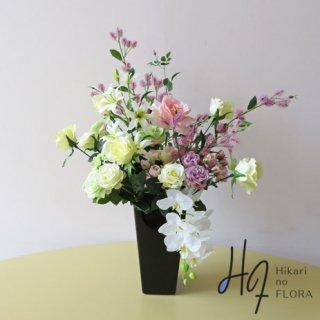 高級造花アレンジメント【カジュ】アクセントに「シスル(アザミ)」を伸びやかに入れてみました。華やかさやナチュラルさが、うまく出たかなと思います。