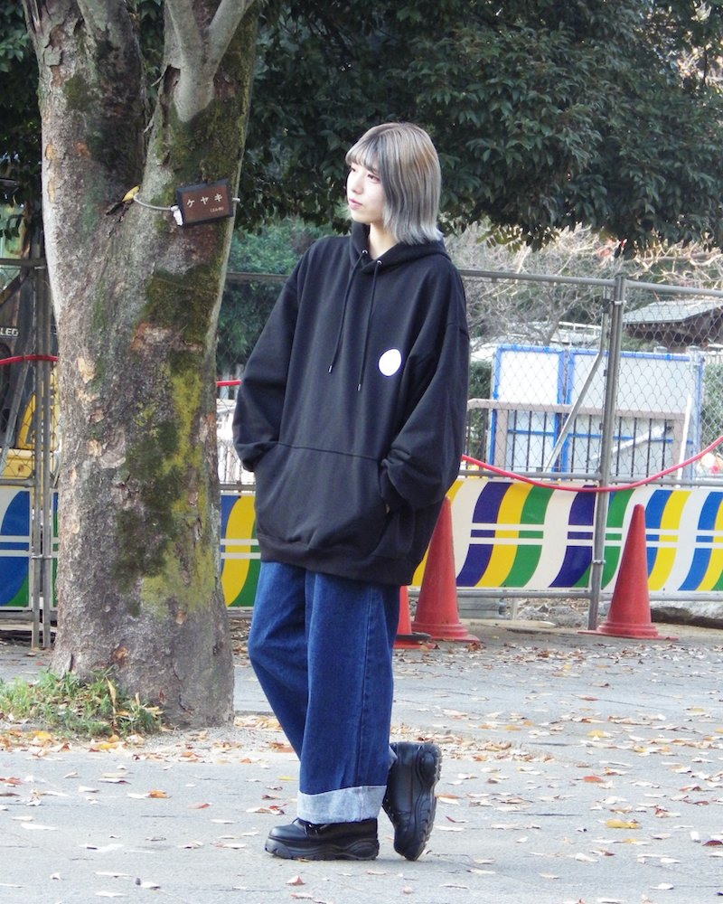 「EDDEN」Flower print over black hoodie コーデイメージ(1)