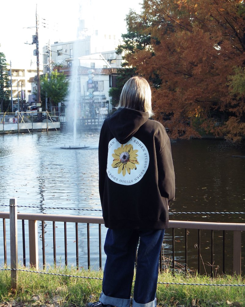 「EDDEN」Flower print over black hoodie コーデイメージ(4)