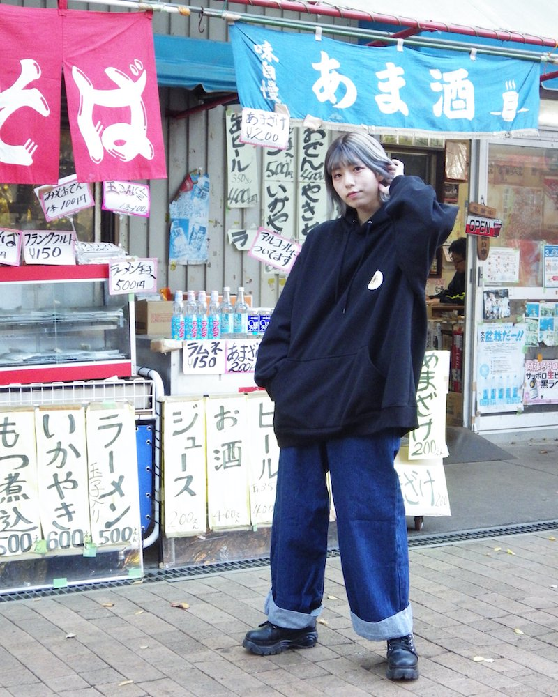 「EDDEN」Flower print over black hoodie コーデイメージ(5)