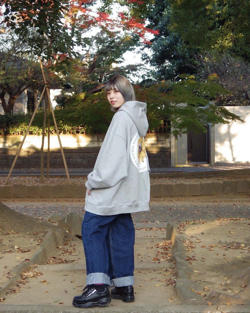 「EDDEN」Flower print over gray hoodie コーデイメージ(2)