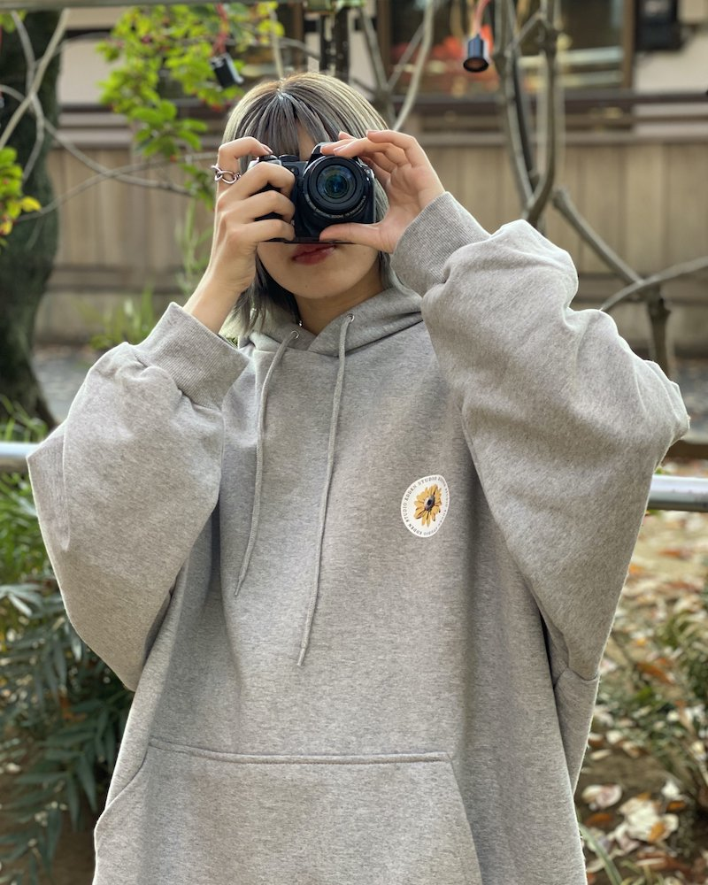 「EDDEN」Flower print over gray hoodie コーデイメージ(5)
