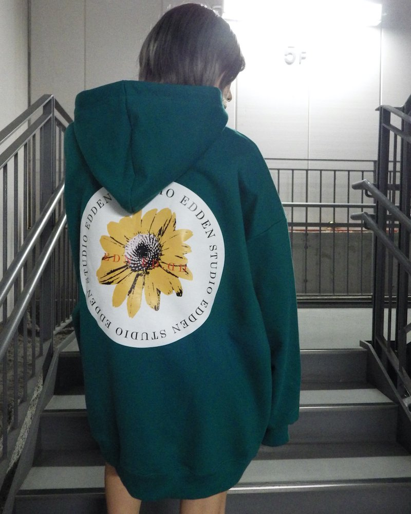 「EDDEN」Flower print over green hoodie コーデイメージ(3)